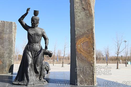 家长带领儿童游览凌河文化园,可以通过文化雕塑了解一万五千年